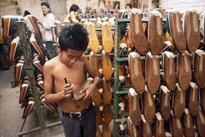 bambino in una fabbrica di scarpe